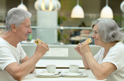 Beautiful elderly couple eating fast food Royalty Free Stock Photo