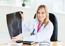Beautiful female doctor showing an x-ray Royalty Free Stock Photos