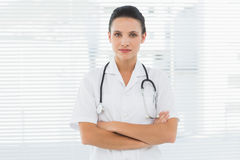 Beautiful female doctor standing with arms crossed Royalty Free Stock Photography
