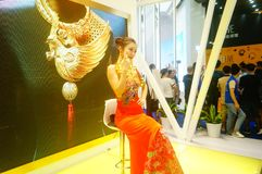 Beautiful female models show gold jewelry at the Shenzhen International Jewelry Show Stock Images
