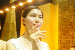 Beautiful female models show gold jewelry at the Shenzhen International Jewelry Show Stock Photo