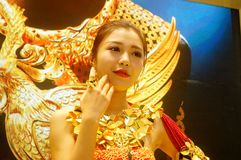 Beautiful female models show gold jewelry at the Shenzhen International Jewelry Show Royalty Free Stock Images
