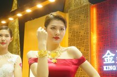Beautiful female models show gold jewelry at the Shenzhen International Jewelry Show Royalty Free Stock Photos