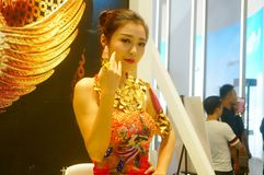 Beautiful female models show gold jewelry at the Shenzhen International Jewelry Show Royalty Free Stock Photography