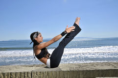 Beautiful fit woman doing yaga on beach Royalty Free Stock Photos