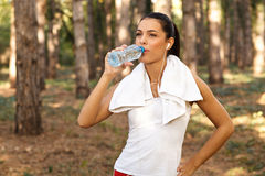 Beautiful fitness woman drinking water Royalty Free Stock Photography