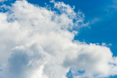 Beautiful fluffy clouds in the blue sky Royalty Free Stock Photos