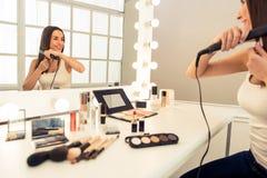 Beautiful girl doing makeup Royalty Free Stock Photos