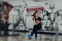 Beautiful girl at the gym listening to music Royalty Free Stock Photos