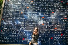 Free Beautiful Girl Is Walkin In Paris Near The Basilica. Tje Wall Of The Love Stock Image - 105376721