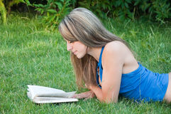 Beautiful girl reads the book Royalty Free Stock Photos