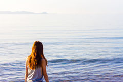 Beautiful Girl With sunlight Travel and Vacation on The Beach en Royalty Free Stock Photo