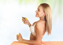 Beautiful girl using sunscreen Royalty Free Stock Photos