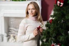 красивая девушка  стоит около рождественской елки Stock Images