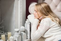 красивая девушка  сидит  около камина Royalty Free Stock Photo