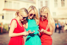 Beautiful girls with smartphones in the city Royalty Free Stock Images