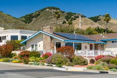 Free Beautiful Houses With Solar Panels, With Nicely Landscaped Front The Yard, California Stock Photo - 186133900