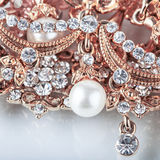 Beautiful jewelry background with gold and pearls Stock Photography