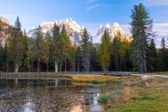 Beautiful Lago Di Antorno meer bij berg de achtergrond van Cadini op het Dolomiet stock afbeeldingen