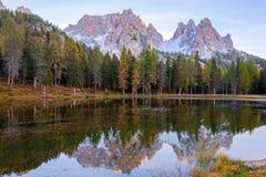 Beautiful Lago Di Antorno meer bij berg de achtergrond van Cadini op het Dolomiet royalty-vrije stock fotografie