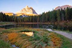 Beautiful Lago Di Antorno meer bij berg de achtergrond van Drei Zinnen Tre Cime di Lavaredo op het Dolomiet royalty-vrije stock foto