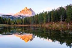 Beautiful Lago Di Antorno meer bij berg de achtergrond van Drei Zinnen Tre Cime di Lavaredo op het Dolomiet royalty-vrije stock afbeeldingen