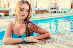 Beautiful long hair female model posing by the pool, outdoor por Stock Image