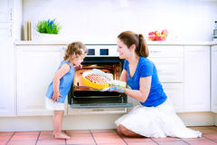 Beautiful mother and baby daughter baking pie Royalty Free Stock Photos
