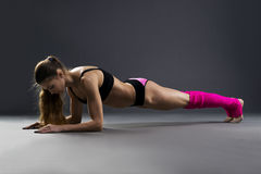 Beautiful muscular woman doing exercise plank Royalty Free Stock Photography