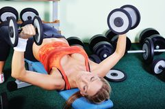 Beautiful muscular woman exercising in gym Stock Photography