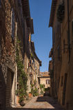 Beautiful narrow street in the small magical and old village of Pienza, Tuscany stock photography