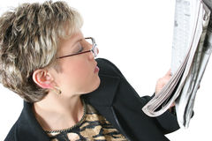 beautiful newspaper over reading thirties white woman Στοκ φωτογραφία με δικαίωμα ελεύθερης χρήσης