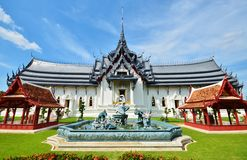 Beautiful palace in Thai style with a fountain. In the courtyard Royalty Free Stock Photos