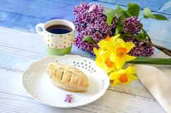 Beautiful pastry and flowers for mom Royalty Free Stock Photos