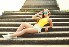 Beautiful slim young woman wearing a sunglasses and t-shirt Royalty Free Stock Photography
