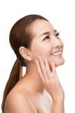 Beautiful spa γυναίκα με το καθαρό δέρμα ομορφιάς σχετικά με το πρόσωπό της, έννοια επεξεργασίας ομορφιάς Στοκ φωτογραφίες με δικαίωμα ελεύθερης χρήσης