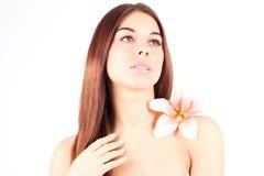 Beautiful Spa γυναίκα σχετικά με το πρόσωπό της ρόδινη γυναίκα λουλου&delta Γυναίκα με το φρέσκο και σαφές δέρμα Στοκ Εικόνες