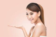 Beautiful Spa κορίτσι που παρουσιάζει κενό διάστημα αντιγράφων στην ανοικτή παλάμη χεριών για το κείμενο Πρόταση ενός προϊόντος Στοκ Φωτογραφίες