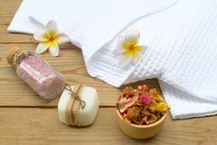 Beautiful spa σύνθεση με το μπουρνούζι και τα εξαρτήματα στοκ φωτογραφίες με δικαίωμα ελεύθερης χρήσης