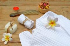 Beautiful spa σύνθεση με το μπουρνούζι και τα εξαρτήματα στοκ εικόνα