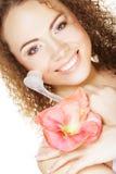 Beautiful spa meisje die roze bloem en borstel houden Stock Foto's
