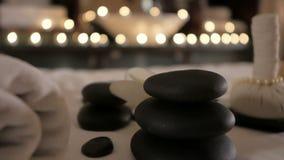 Beautiful spa samenstelling op massagelijst in wellnesscentrum stock video