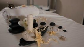 Beautiful spa samenstelling op massagelijst in wellnesscentrum stock footage