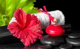 Beautiful spa samenstelling van rode hibiscusbloem met dauw, candl Royalty-vrije Stock Foto