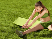A beautiful sporty woman doing stretching exercise against natur Royalty Free Stock Photos