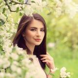 beautiful spring woman 健康年轻微笑的妇女与组成 免版税库存图片