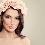 beautiful spring woman 有玫瑰的健康妇女 免版税库存图片