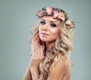 beautiful spring woman 美丽的花妇女 免版税库存照片