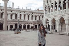 Beautiful tourist girl spending holidays in Venice, Italy. Brune Stock Photos