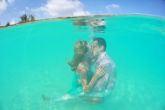 Beautiful underwater kiss of loving couple Royalty Free Stock Images